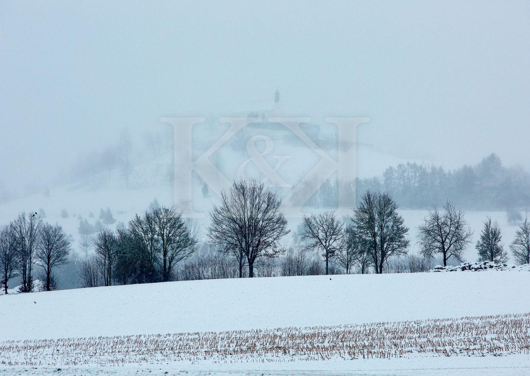 >>> NEU: Schöne Postkarte Nr. 23 · Im Winternebel nur noch zu erahnen: die Wurmlinger Kapelle bei Tübingen